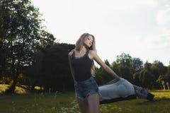 Giovane modello affascinante che indossa indumento casuale e che posa nella p immagine stock libera da diritti