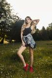 Giovane modello alla moda che indossa indumento casuale e che posa nel fotografie stock libere da diritti