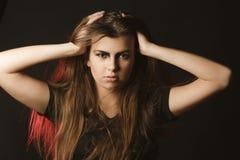 Giovane modello alla moda con trucco di arte che posa allo studio con la r Fotografia Stock Libera da Diritti