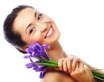 Giovane modello asiatico con i fiori dell'iride immagini stock