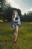 Giovane modello attraente che indossa indumento casuale e che posa nel fotografie stock libere da diritti