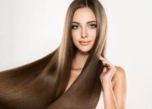 Giovane modello attraente con lungamente, capelli diritti e marroni Fotografia Stock