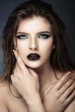 Giovane modello attraente con trucco ed il manicure blu Immagine Stock