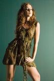 Giovane modello attraente in vestito da alte mode Fotografia Stock