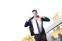 Giovane modello bello del maschio di modo dei pantaloni a vita bassa Immagini Stock Libere da Diritti