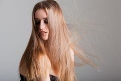 Giovane modello con capelli elettrificati fotografie stock