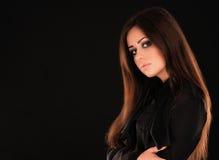 Giovane modello di moda attraente che posa in camicia nera Fotografia Stock