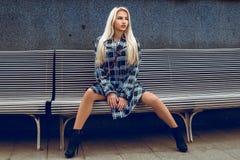 Giovane modello di moda attraente con il gabinetto e dell'occhio azzurro dei capelli bianchi fotografia stock