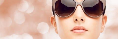 Giovane modello di moda con gli occhiali da sole Fotografia Stock Libera da Diritti