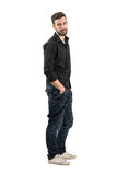Giovane modello di moda maschio amichevole sorridente che esamina macchina fotografica Immagini Stock