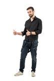 Giovane modello di moda maschio amichevole sorridente con i pollici su Immagini Stock Libere da Diritti