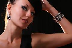 Giovane modello di modo con il braccialetto del diamante Fotografia Stock