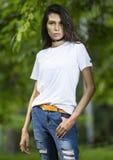 Giovane modello femminile alla moda in maglietta in bianco Immagini Stock