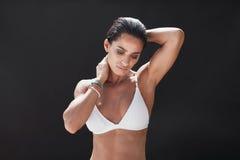 Giovane modello femminile muscolare in swimwear Immagini Stock Libere da Diritti