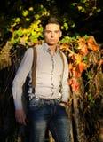 Giovane modello maschio attraente nella caduta (autunno) immagine stock libera da diritti