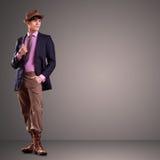 Giovane modello maschio bello che propone nello studio Fotografie Stock Libere da Diritti