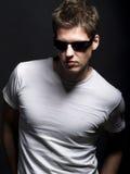 Giovane modello maschio bello con gli occhiali da sole Fotografie Stock Libere da Diritti