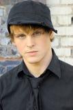 Giovane modello maschio in cappello fotografia stock