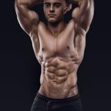 Giovane modello muscolare ed adatto del maschio di forma fisica del culturista Fotografia Stock Libera da Diritti