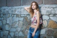 Giovane modello sexy che posa vicino alla vecchia parete stagionata Fotografia Stock