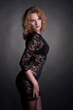 Giovane modello splendido in un vestito dal merletto Immagini Stock Libere da Diritti