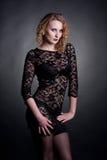 Giovane modello splendido in un vestito dal merletto Immagini Stock
