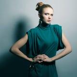 Giovane modello in un vestito (blu) verde Fotografie Stock