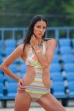 Giovane modello in un vestito di nuoto con il tatuaggio metallico temporaneo fotografie stock libere da diritti