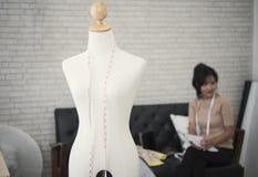 Giovane modo femminile del progettista che lavora per l'indumento della cucitrice fotografia stock libera da diritti