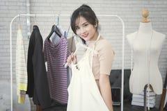 Giovane modo femminile del progettista che lavora per l'indumento della cucitrice fotografie stock libere da diritti