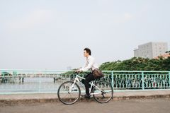 Giovane modo urbano con la bici ed il telefono cellulare Immagine Stock