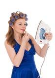 Giovane moglie che usando ferro come specchio Fotografia Stock