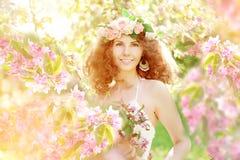 Giovane molla o donna di modo di estate in molla di salto l del giardino Fotografia Stock