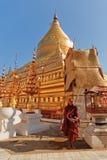 Giovane monaco birmano nella pagoda di Shwezigon, Bagan Fotografia Stock