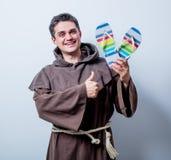 Giovane monaco cattolico con i Flip-flop di vacanza Immagine Stock Libera da Diritti