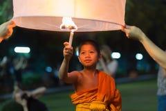 Giovane monaco che brucia lanterna di galleggiamento Fotografia Stock