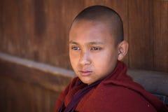 Giovane monaco del ritratto in un monastero lago myanmar del inle Fotografia Stock Libera da Diritti