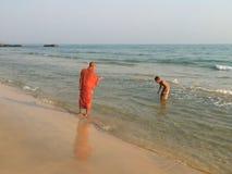 Giovane monaco e bambino che bagnano nel mare Fotografia Stock Libera da Diritti