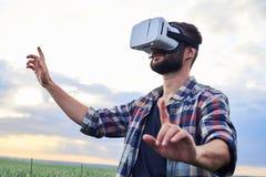 Giovane in mondo virtuale Immagini Stock Libere da Diritti