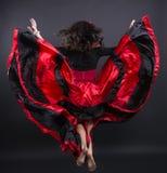Giovane mosca della donna di romani in vestiti tradizionali spagnoli Immagine Stock
