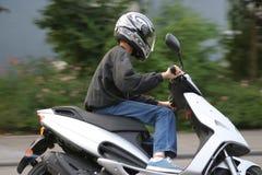 Giovane motociclista maschio Fotografie Stock Libere da Diritti