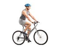 Giovane motociclista maschio che guida una bicicletta Fotografia Stock Libera da Diritti