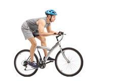 Giovane motociclista maschio che guida una bicicletta grigia Immagini Stock