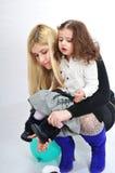Giovane mummia e la piccola figlia. Fotografia Stock