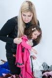 Giovane mummia e la piccola figlia. fotografia stock libera da diritti
