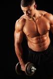 Giovane muscolare che risolve con la testa di legno pesante Immagini Stock Libere da Diritti