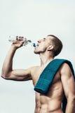 Giovane muscolare dopo una bottiglia bevente di allenamento di acqua Fotografia Stock Libera da Diritti