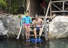 Giovane muscolare e sua la sorellina pronti a immergersi a Val Ku Lagoon Fotografia Stock Libera da Diritti