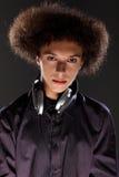 Giovane musica DJ dell'uomo dell'adolescente con l'acconciatura afro Immagine Stock