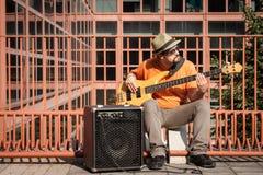 Giovane musicista che gioca basso elettrico fotografia stock libera da diritti